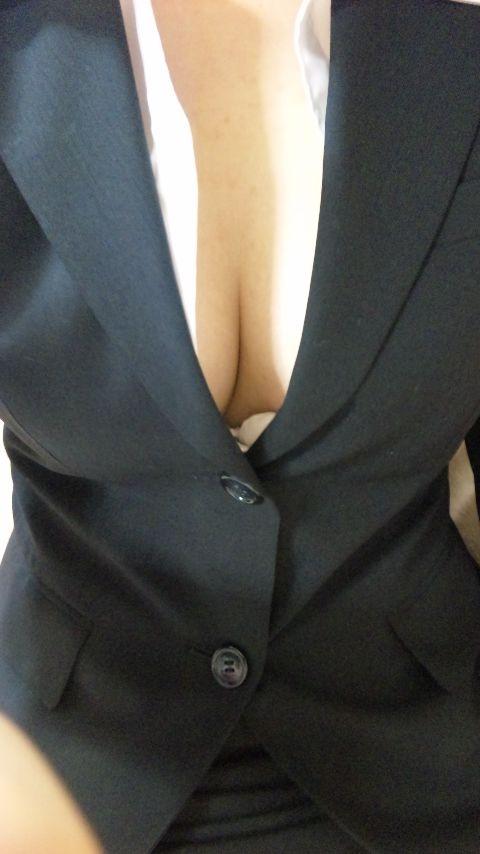 【おっぱい】スーツ上からでも主張するたわわなおっぱいがエロすぎる画像!【30枚】 24