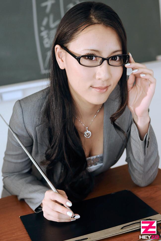 【おっぱい】巷で人気のメガネ女子のエロすぎるおっぱい画像!【30枚】 03