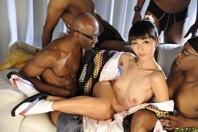 【おっぱい】黒人男性と戯れる女の子のエロすぎるおっぱい画像【30枚】 03