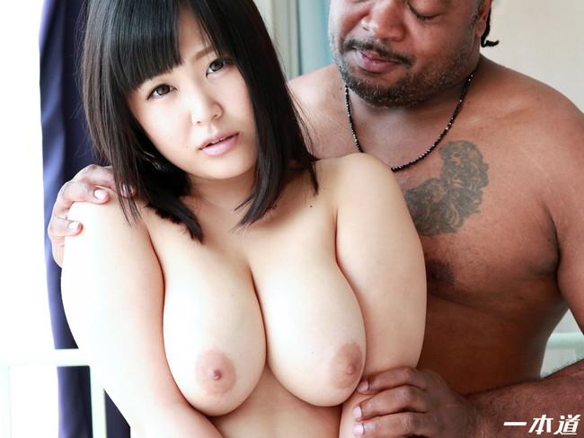 【おっぱい】黒人男性と戯れる女の子のエロすぎるおっぱい画像【30枚】 07