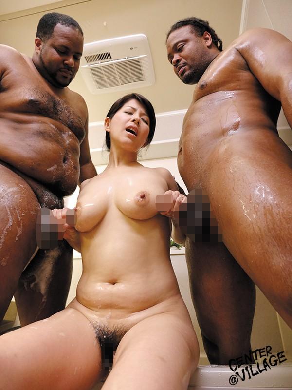 【おっぱい】黒人男性と戯れる女の子のエロすぎるおっぱい画像【30枚】 09