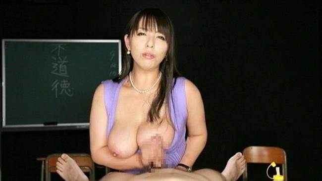 【おっぱい】手コキをしてくれている女の子のおっぱいがエロすぎる画像【30枚】 28