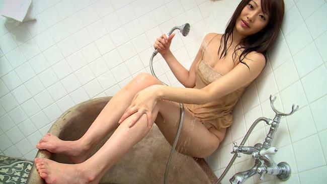 【おっぱい】シャワーを浴びてしっとりとエロくなった女性のおっぱい画像がエロすぎる!【30枚】 01
