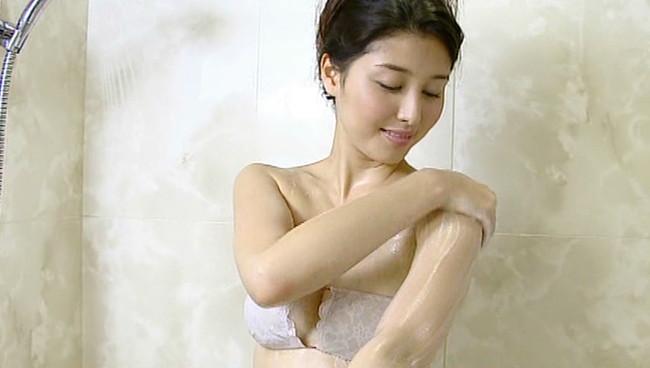 【おっぱい】シャワーを浴びてしっとりとエロくなった女性のおっぱい画像がエロすぎる!【30枚】 12