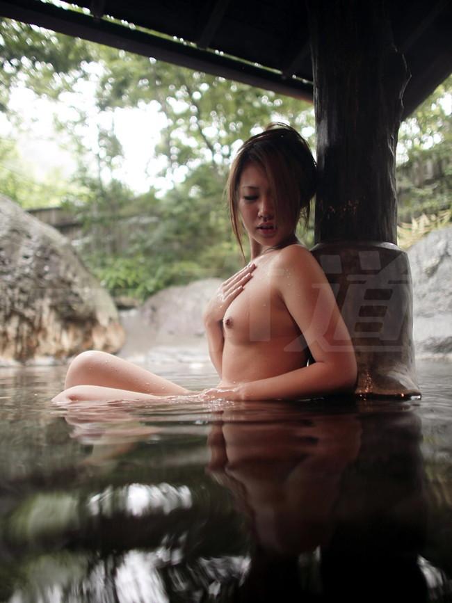 【おっぱい】温泉に入っている女の子たちのおっぱい画像がエロすぎる!【30枚】 14