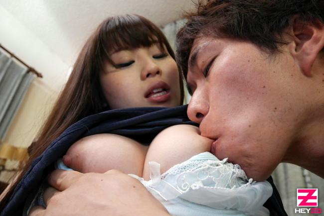 【おっぱい】舐められて、吸われて感じている女性のおっぱい画像がエロすぎる!【30枚】 08