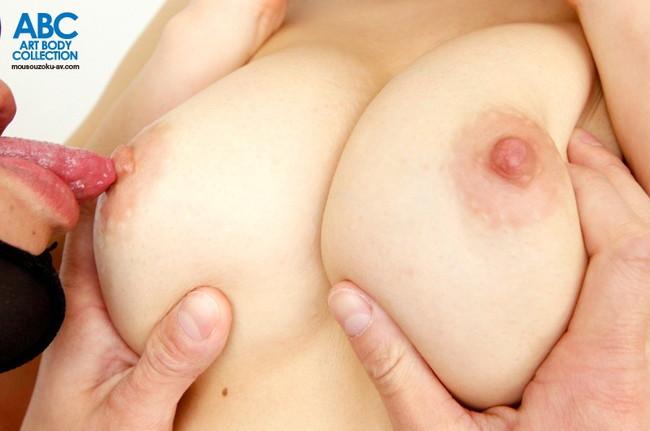 【おっぱい】舐められて、吸われて感じている女性のおっぱい画像がエロすぎる!【30枚】 27