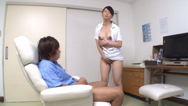 【おっぱい】採精室で精子を出すために頑張ってくれている美熟女な看護婦さんのおっぱい画像がエロすぎる!【30枚】 12