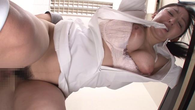 【おっぱい】採精室で精子を出すために頑張ってくれている美熟女な看護婦さんのおっぱい画像がエロすぎる!【30枚】 18