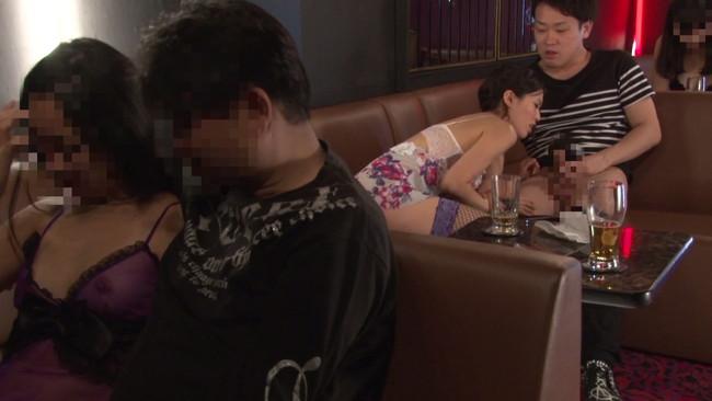 【おっぱい】おっぱいパブで男性客をエッチなサービスで癒してくれる女の子のおっぱい画像がエロすぎる!【30枚】 13
