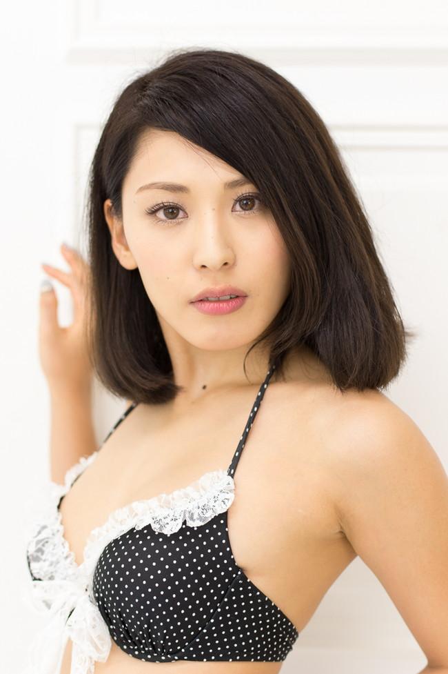【おっぱい】成熟したナイスバディと誰もが見とれる大きなおっぱいの金子智美さんの画像がエロすぎる!【30枚】 01
