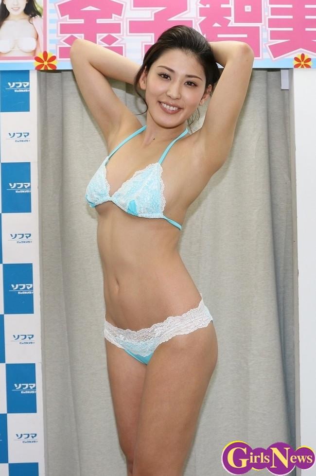 【おっぱい】成熟したナイスバディと誰もが見とれる大きなおっぱいの金子智美さんの画像がエロすぎる!【30枚】 09