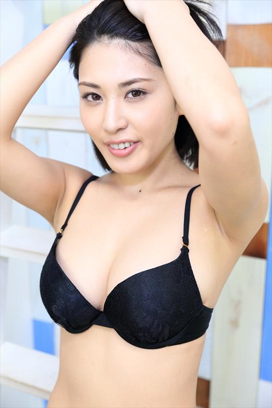 【おっぱい】成熟したナイスバディと誰もが見とれる大きなおっぱいの金子智美さんの画像がエロすぎる!【30枚】 16