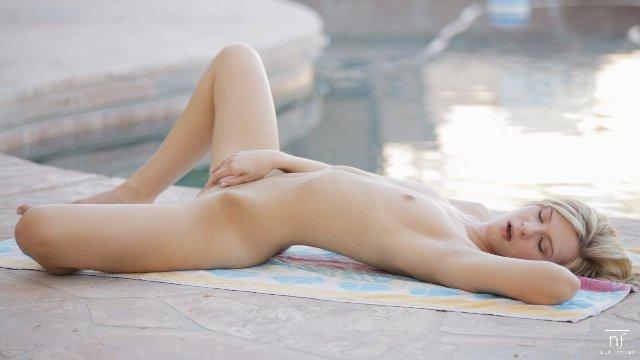 【おっぱい】プールの中からマーメイド!全裸姿が太陽のように眩しい女の子のおっぱい画像がエロすぎる!【30枚】 29
