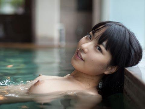 【おっぱい】プールの中からマーメイド!全裸姿が太陽のように眩しい女の子のおっぱい画像がエロすぎる!【30枚】 30