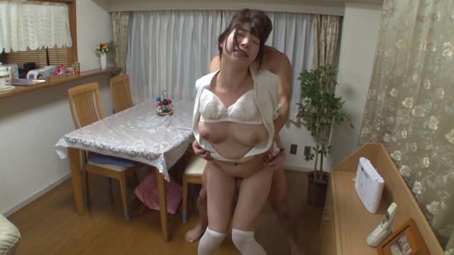 【おっぱい】訪問看護しているのに、何だかエッチな展開になっちゃっている看護婦さんのおっぱい画像がエロすぎる!【30枚】 10