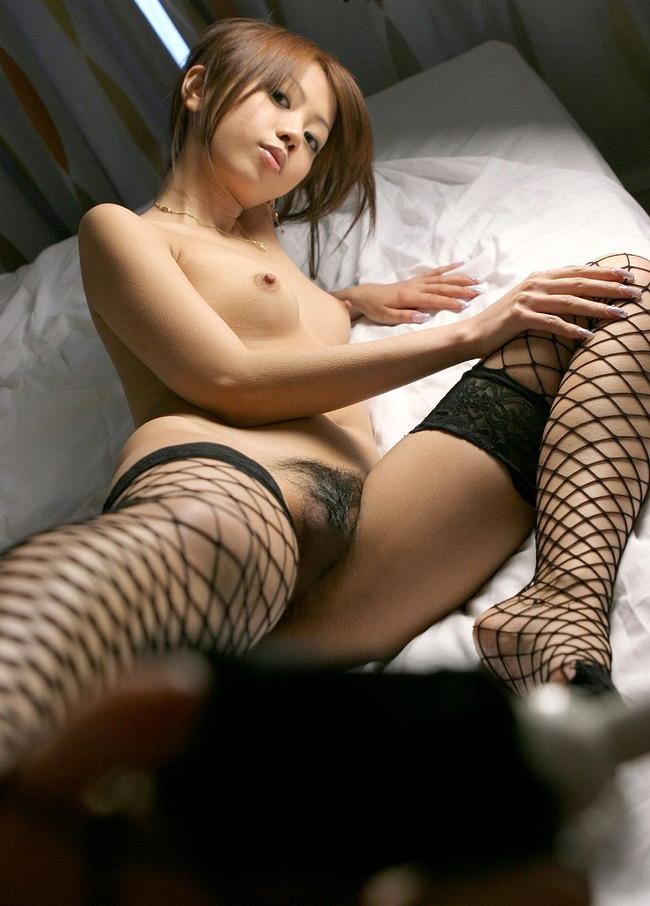 【おっぱい】このような御御足でしごかれたい!網タイツが大変お似合いになっている女の子のおっぱい画像がエロすぎる!【30枚】 01