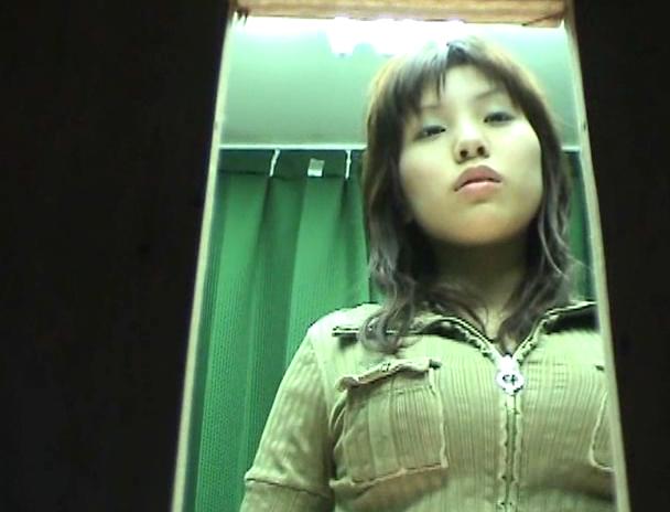 【おっぱい】パネル写真の撮影が着替えを盗撮されちゃっている風俗嬢の女の子のおっぱい画像がエロすぎる!【30枚】 16