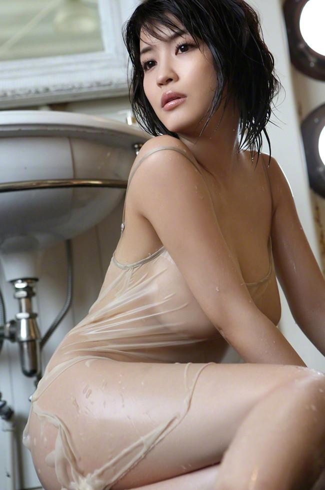 【おっぱい】雨に降られてびしょ濡れ!服がスケスケになっちゃっている女の子のおっぱい画像がエロすぎる!【30枚】 14