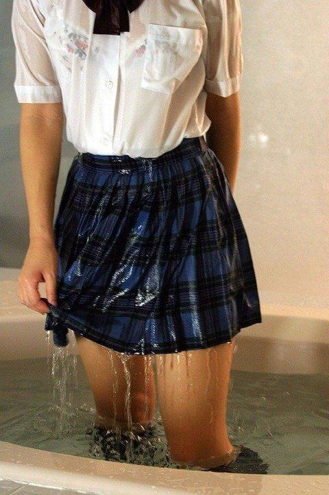 【おっぱい】雨に降られてびしょ濡れ!服がスケスケになっちゃっている女の子のおっぱい画像がエロすぎる!【30枚】 20