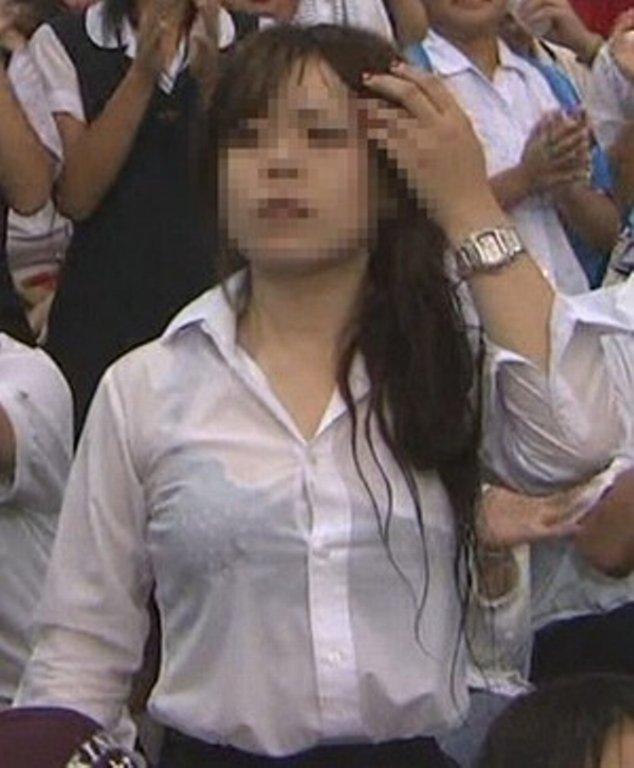 【おっぱい】雨に降られてびしょ濡れ!服がスケスケになっちゃっている女の子のおっぱい画像がエロすぎる!【30枚】 23