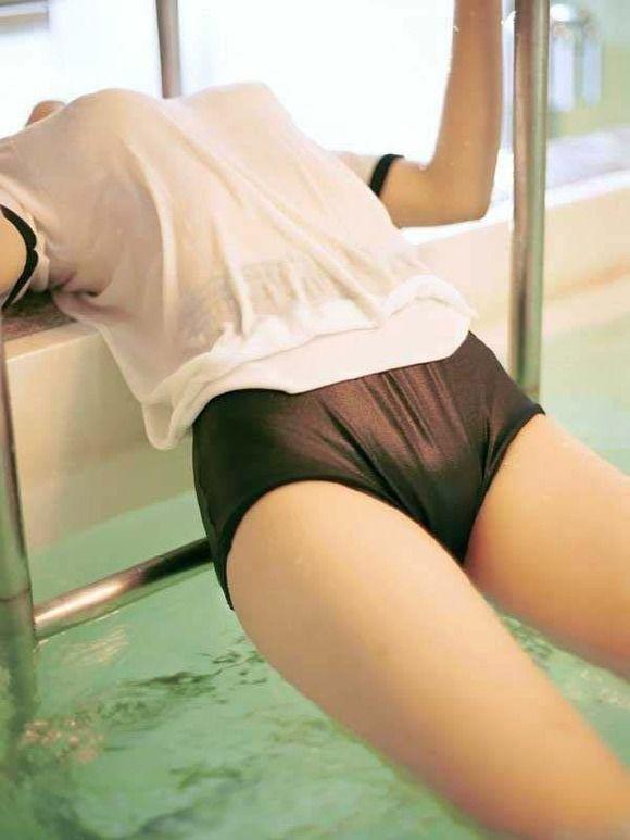 【おっぱい】雨に降られてびしょ濡れ!服がスケスケになっちゃっている女の子のおっぱい画像がエロすぎる!【30枚】 26