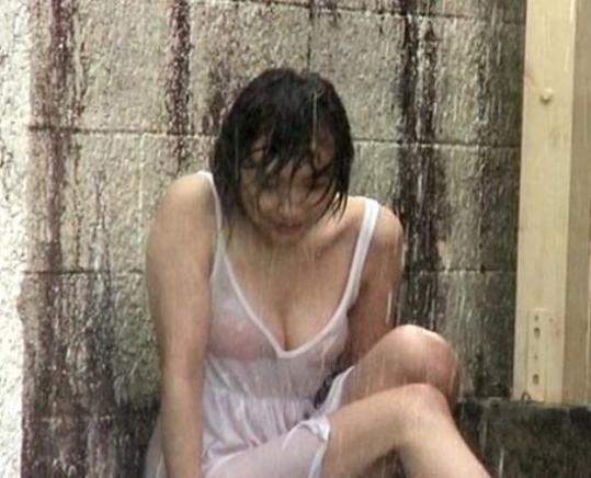 【おっぱい】雨に降られてびしょ濡れ!服がスケスケになっちゃっている女の子のおっぱい画像がエロすぎる!【30枚】 29