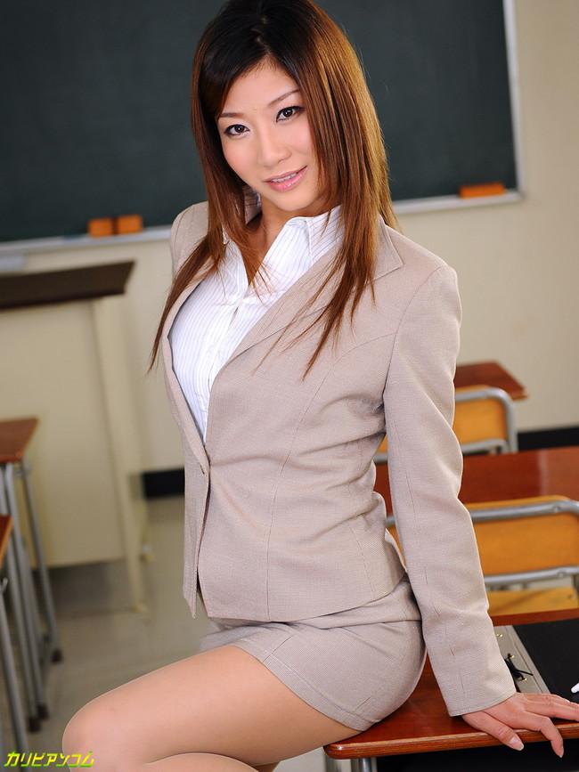 【おっぱい】タイトなミニスカートを履いているエロすぎる女の子のおっぱい画像【30枚】 03