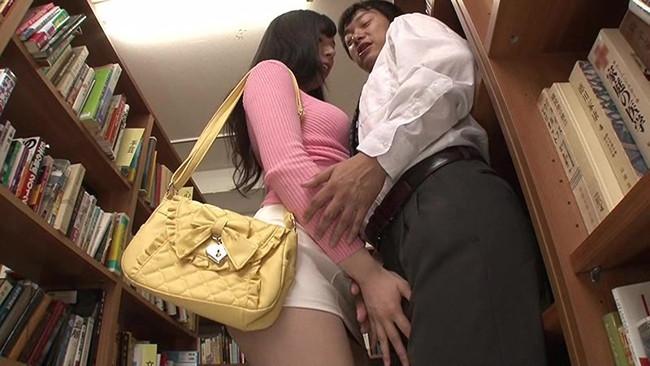 【おっぱい】タイトなミニスカートを履いているエロすぎる女の子のおっぱい画像【30枚】 21