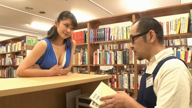 【おっぱい】静かな図書館の本棚の隙間でエッチなことをしちゃっている女の子のおっぱい画像がエロすぎる!【30枚】
