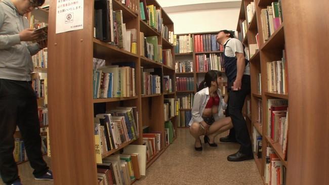 【おっぱい】静かな図書館の本棚の隙間でエッチなことをしちゃっている女の子のおっぱい画像がエロすぎる!【30枚】 08