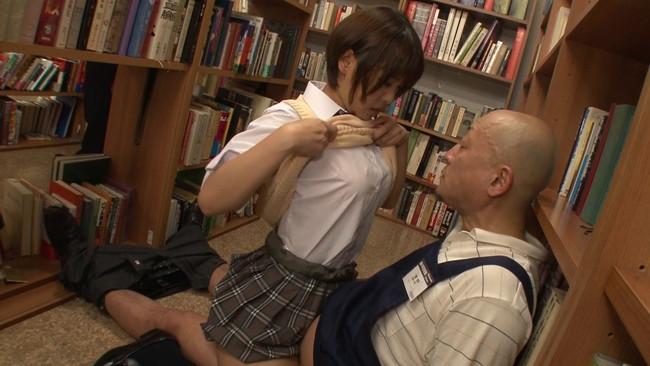 【おっぱい】静かな図書館の本棚の隙間でエッチなことをしちゃっている女の子のおっぱい画像がエロすぎる!【30枚】 09