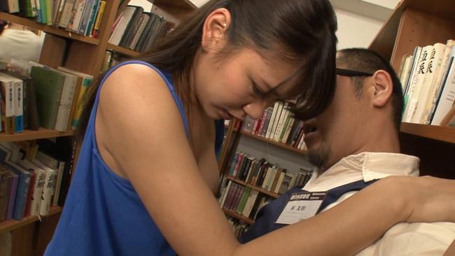 【おっぱい】静かな図書館の本棚の隙間でエッチなことをしちゃっている女の子のおっぱい画像がエロすぎる!【30枚】 15