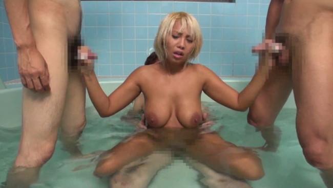 【おっぱい】露天風呂で予想もしていなくて声が出せず、輪姦されてしまっている人妻のおっぱい画像がエロすぎる!【30枚】 21