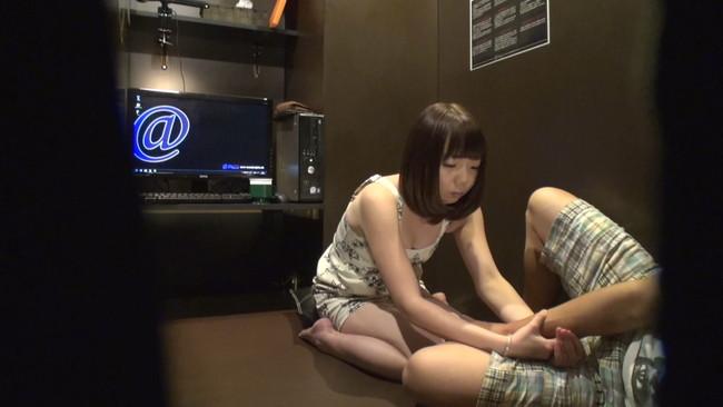 【おっぱい】ネットカフェでエッチなことをしている女の子たちが盗撮されちゃっている画像がエロすぎる!【30枚】 10