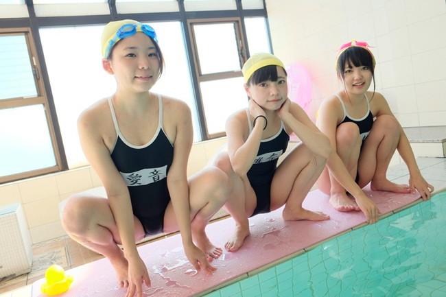 【おっぱい】スイミングスクールにてエッチなことをされちゃっているロリ系でスク水の女の子たちのおっぱい画像がエロすぎる!【30枚】 28