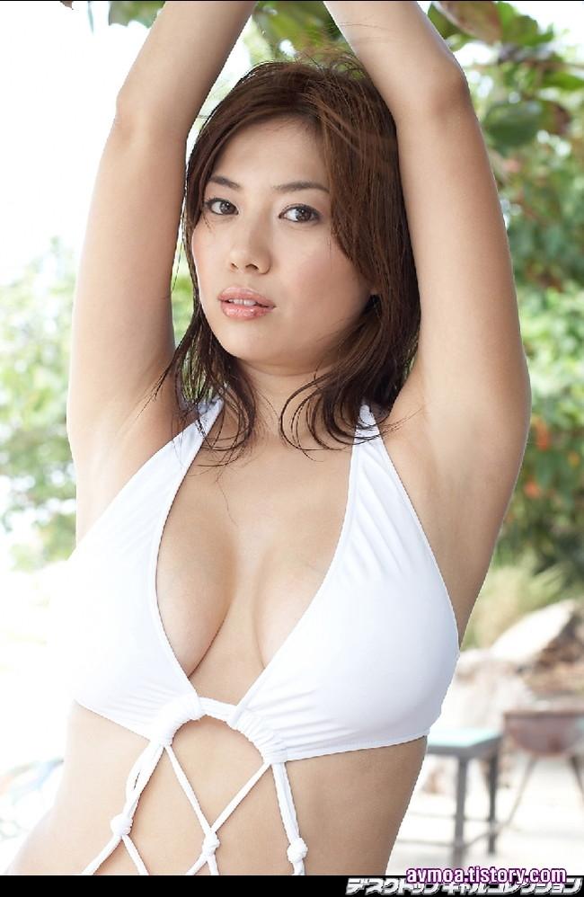 【おっぱい】癒し系の大人の女性!Iカップの豊満なバストを持つグラビアアイドル・石川真琴ちゃんのおっぱい画像がエロすぎる!【30枚】