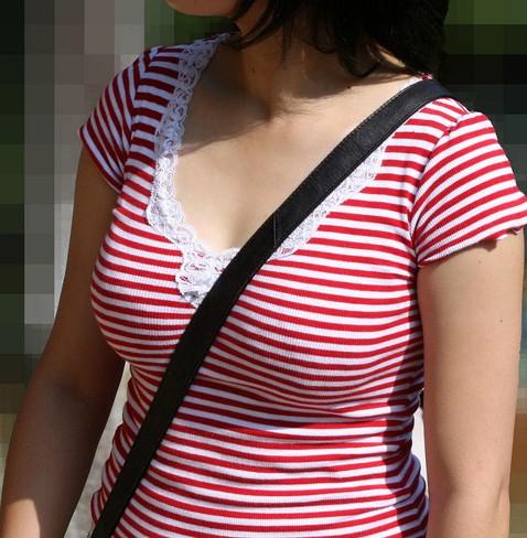 【おっぱい】服の上からでもおっぱいが強調されちゃうパイスラッシュ状態の女の子のおっぱい画像がエロすぎる!【30枚】 10