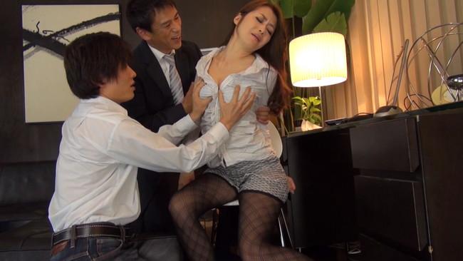 【おっぱい】もっと刺激が欲しくていい男たちと3Pセックスをしてしまっているセレブな奥様な女性のおっぱい画像がエロすぎる!【30枚】 06