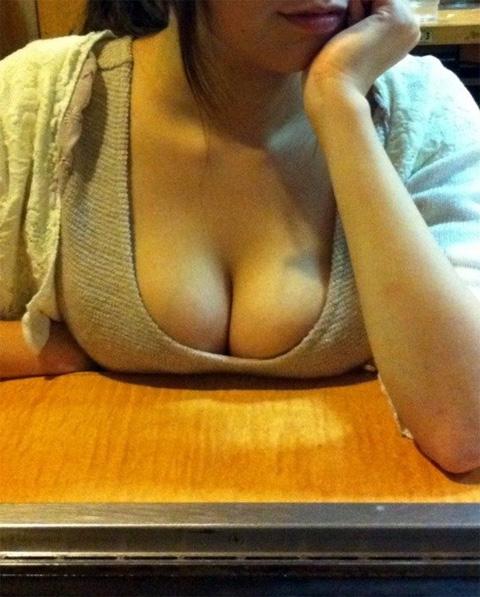 【おっぱい】机やテーブル、いろんなところに自慢のおっぱいをパイ乗せしちゃっている女の子のおっぱい画像がエロすぎる!【30枚】 07