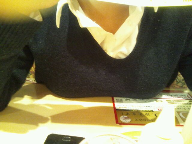 【おっぱい】机やテーブル、いろんなところに自慢のおっぱいをパイ乗せしちゃっている女の子のおっぱい画像がエロすぎる!【30枚】 21