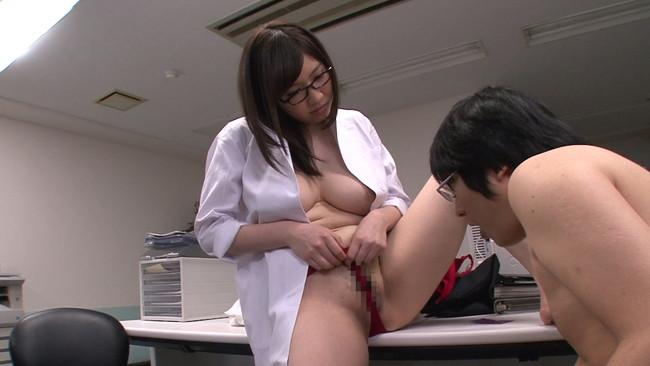 【おっぱい】メンタルクリニックでエッチなカウンセリングをしてくれる巨乳な女医さんの大きなおっぱい画像がエロすぎる!【30枚】 11