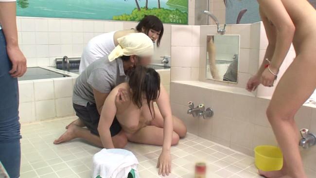 【おっぱい】銭湯で酒に酔って番台を誘惑!チ●ポを手コキしておクチでくわえて即ハメしてくる巨乳の女の子のおっぱい画像がエロすぎる!【30枚】 12