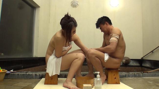 【おっぱい】混浴温泉で入ってきたアスリートタイプで筋肉質の男性とエッチなことをしちゃった人妻さんのおっぱい画像がエロすぎる!【30枚】 10