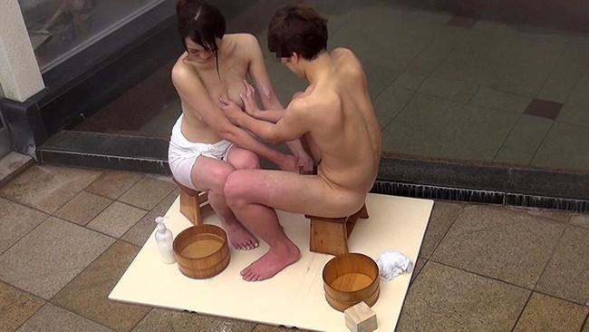 【おっぱい】混浴温泉で入ってきたアスリートタイプで筋肉質の男性とエッチなことをしちゃった人妻さんのおっぱい画像がエロすぎる!【30枚】 25