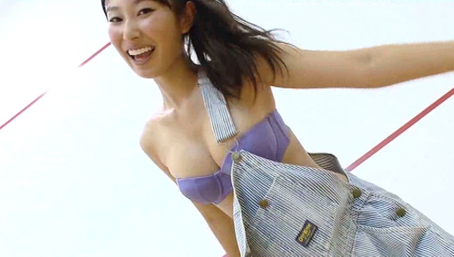 【おっぱい】マシュマロ乳が魅力的!可愛い笑顔に大胆ポーズで話題の美少女グラビアアイドル・市川みきちゃんのおっぱい画像がエロすぎる!【30枚】 17