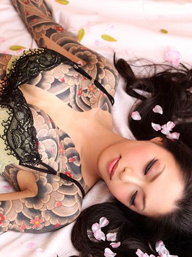 【おっぱい】脱いでびっくり玉手箱!タトゥーの入った女の子のおっぱい画像がエロすぎる!【30枚】 24