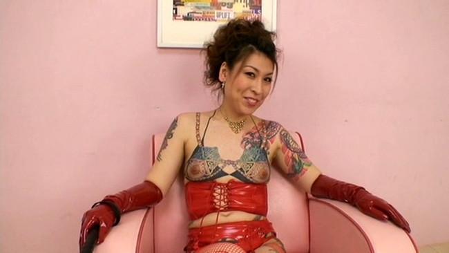 【おっぱい】脱いでびっくり玉手箱!タトゥーの入った女の子のおっぱい画像がエロすぎる!【30枚】 26
