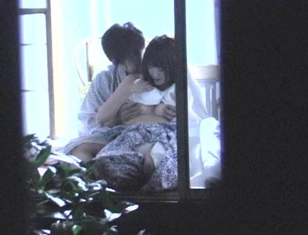 【おっぱい】温泉旅館に泊まってカップルがエッチなことをしちゃっているところを盗撮されてしまっている画像がエロすぎる!【30枚】 08