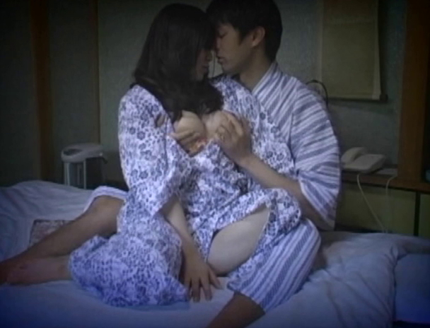 【おっぱい】温泉旅館に泊まってカップルがエッチなことをしちゃっているところを盗撮されてしまっている画像がエロすぎる!【30枚】 10